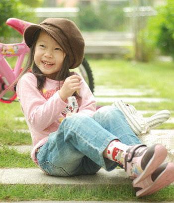 可爱韩国小孩吃东西